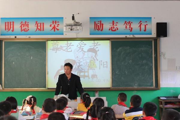 班队会上,老师让学生介绍自己孝老爱亲的行为,并让他们用心地回忆以前