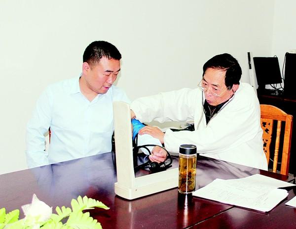 圖為張子民(左一)獻血前接受體檢。IMG_6437.jpg